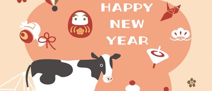 羽子板、独楽、鏡餅、達磨、小槌、鶴、梅の花&牛イラストの年賀状